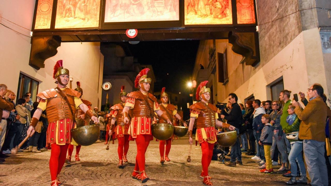 Osterbräuche in der Schweiz - Prozession zur Kreuzigung