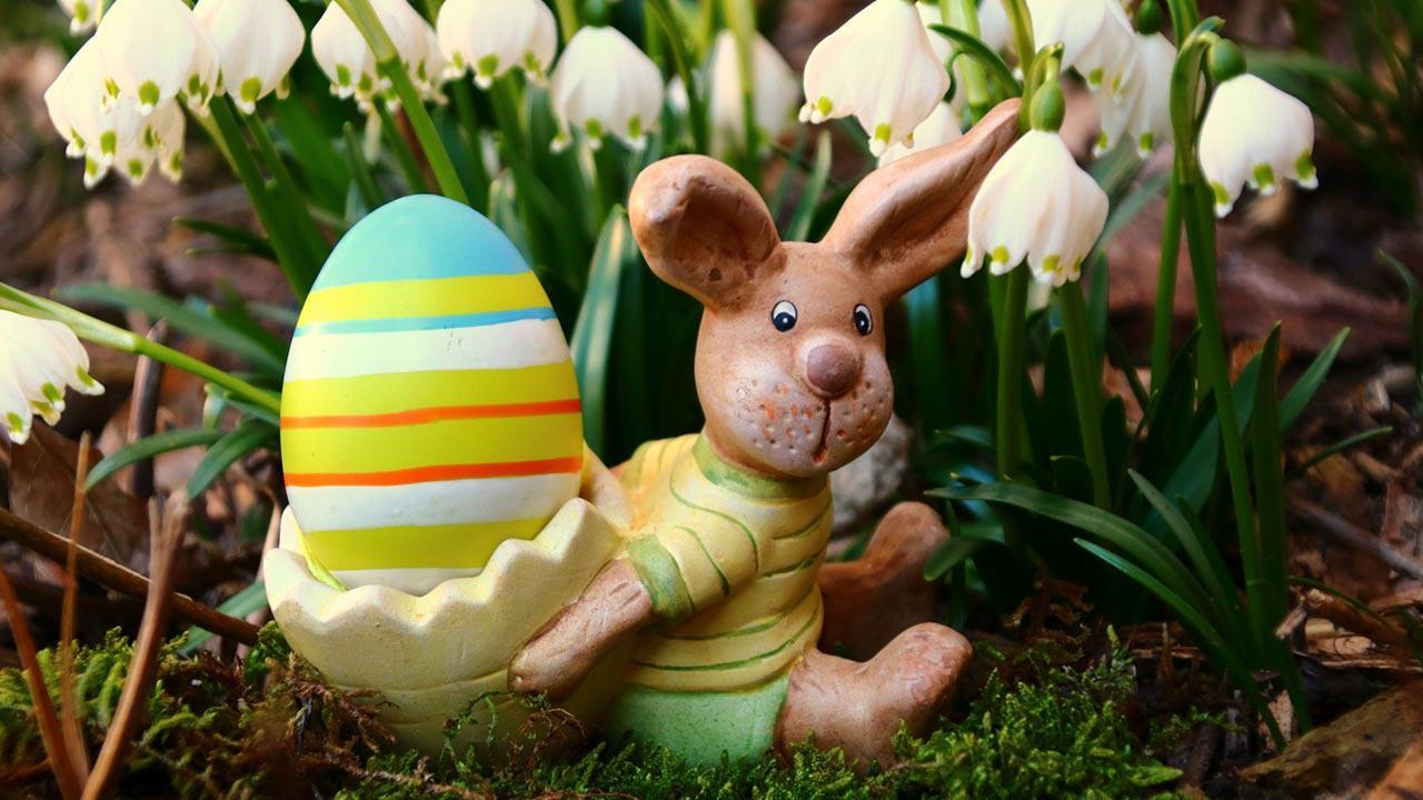 Die schönsten Oster Deko-Ideen für Garten und Terrasse - Osterhase mit Ei