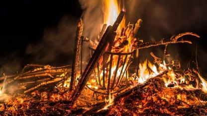 Osterfeuer - im Feuerkorb