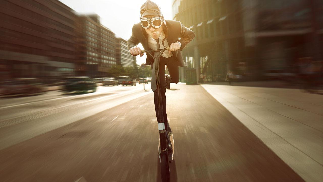 Miete einen E-Scooter und erkunde Berlin - mit Schutzbrille