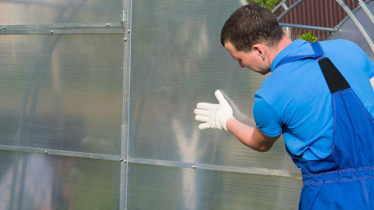 Welches Gewächshaus passt zu meinem Garten - Glasplatten werden montiert