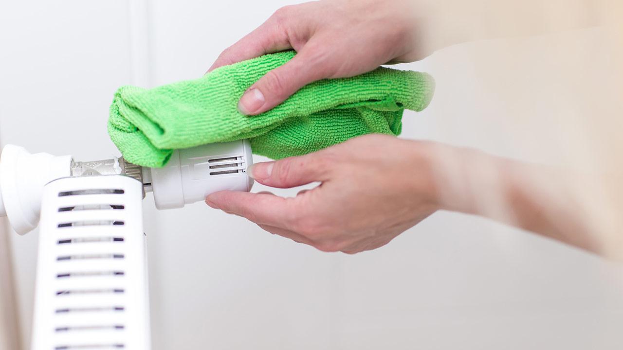Heizkörper richtig reinigen - Regler abwischen