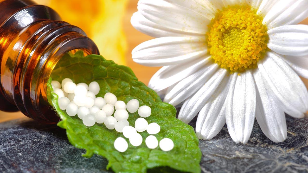Homöopahtie gegen Allergien - Pillen und Blüten