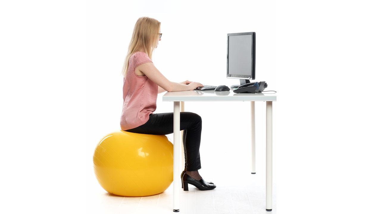 Tipps gegen Rückenschmerzen - der richtige Arbeitsplatz - Sitzball