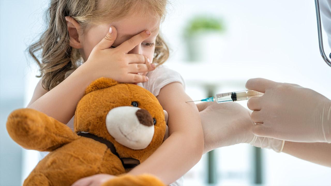 Impfpflicht pro und contra / kleines Mädchen bei einer Impfung