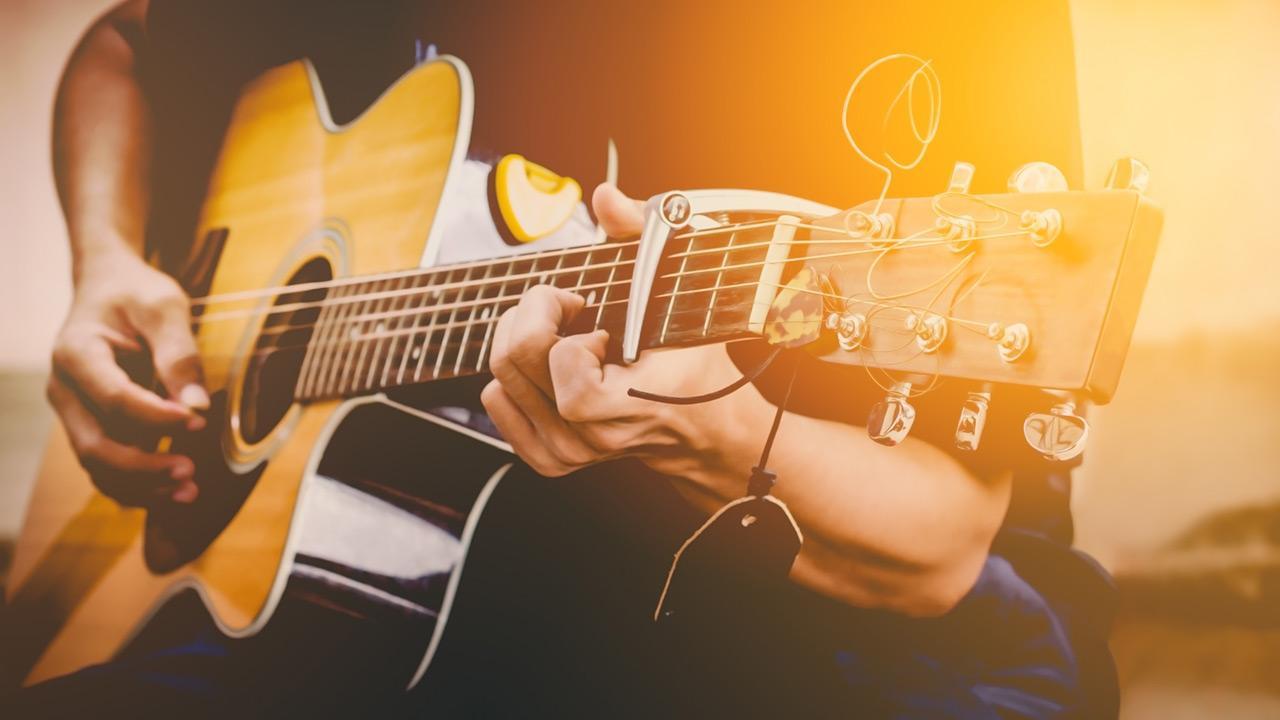 Gittare spielen - So legen Sie los / Mann spielt Gitarre