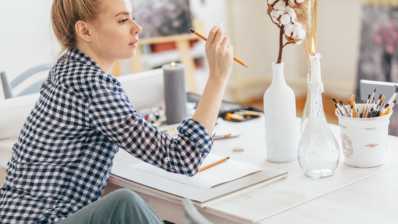 Einstieg in die Hobby-Malerei - Bleistift / Frau mit Bleistift in der Hand