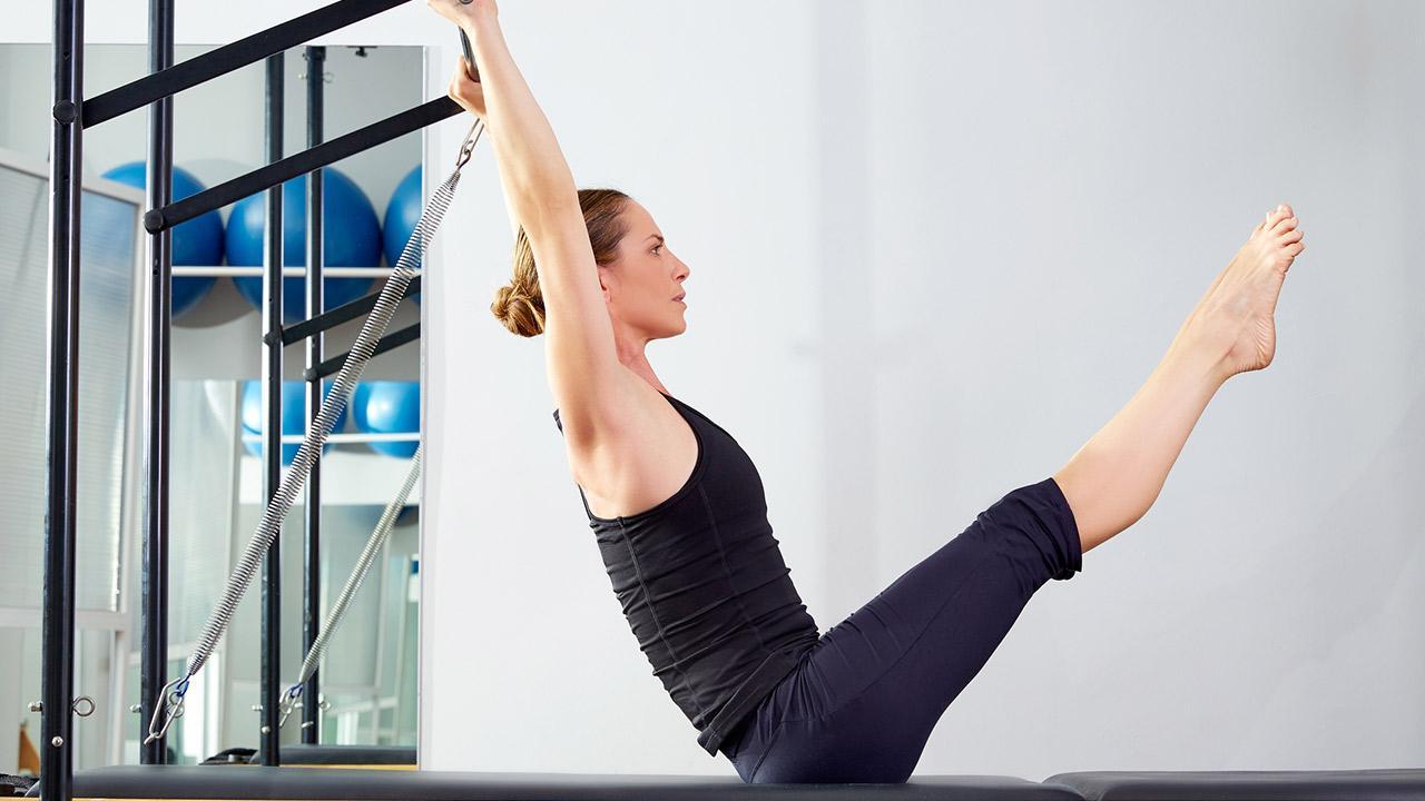 Sportarten für Zuhause - Pilates - Frau macht Pilates