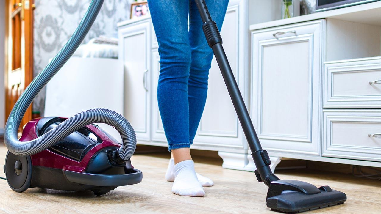Bodenreinigung Zuhause - einfach gemacht / Frau saugt