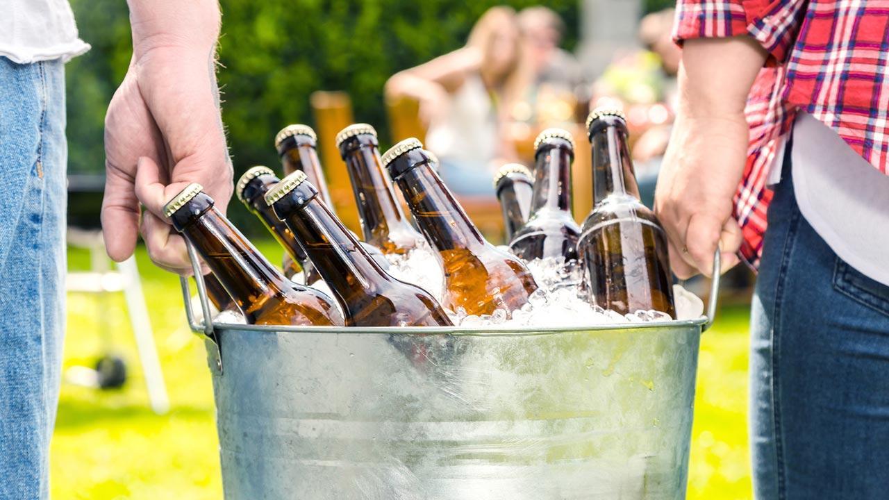 Getränke - Tipps für Ihre Gartenparty / Bier in einem Eimer voll Eis