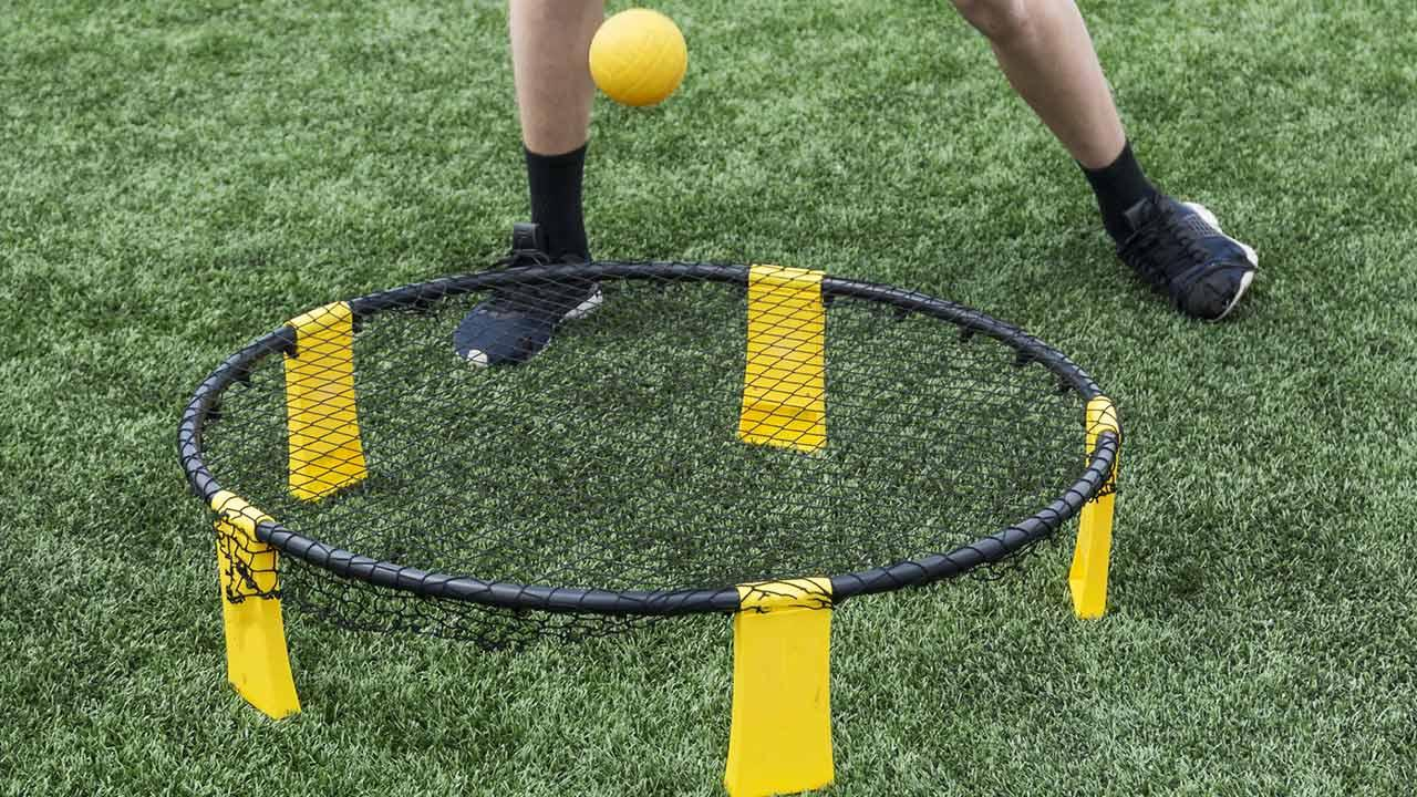 Spikeball - Volleyball mit Trampolin / Mann spielt Spikeball