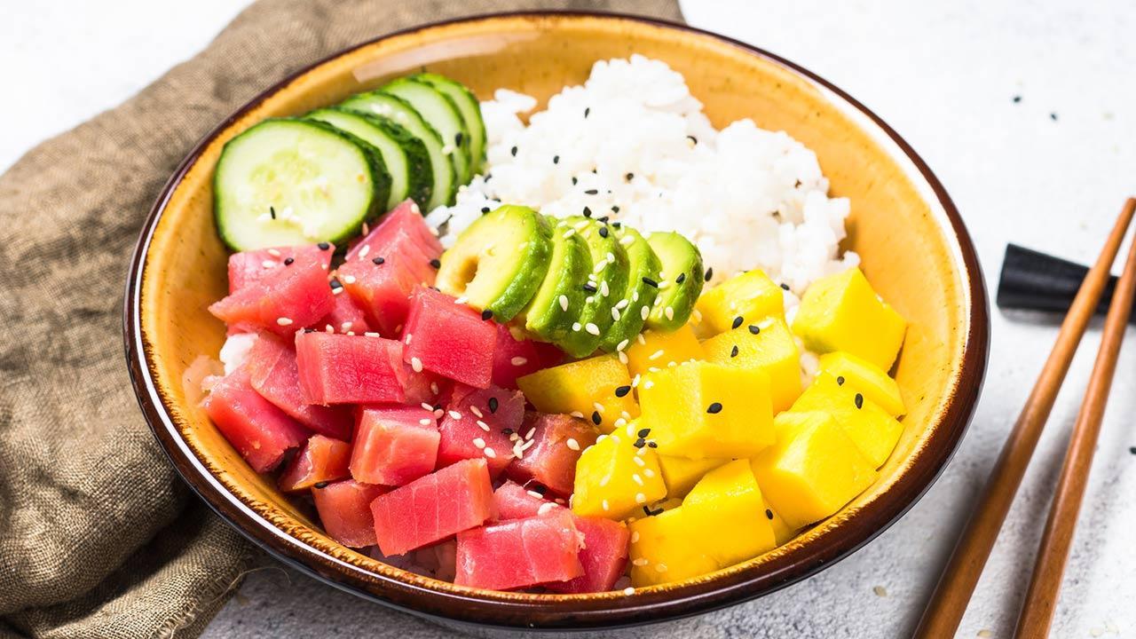 Poke - Fischsalat aus Hawaii / eine Poke mit Thunfisch, Avocado und Mango