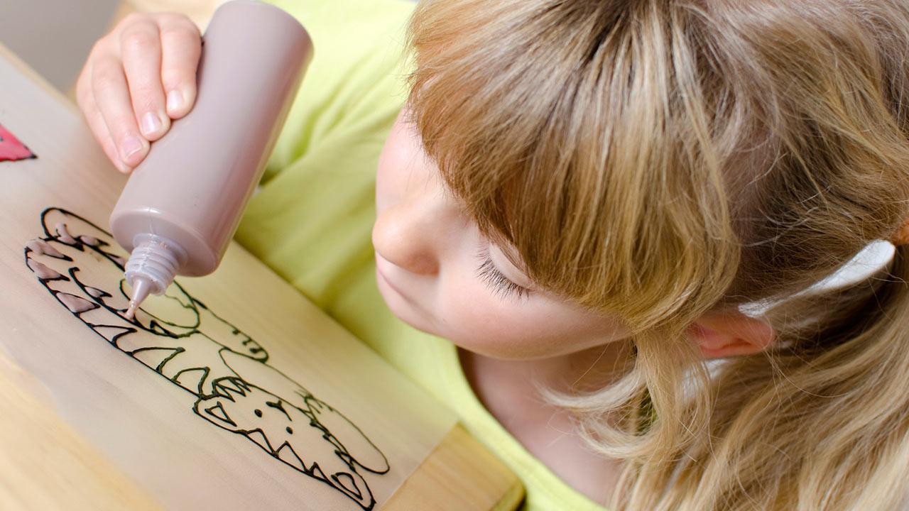Die schönsten Deko-Ideen mit: Window Color / Mädchen malt eine Katze aus