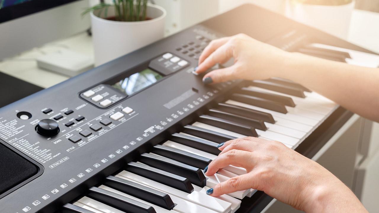 Keyboard spielen - So legen Sie los / Frau spielt Keyboard