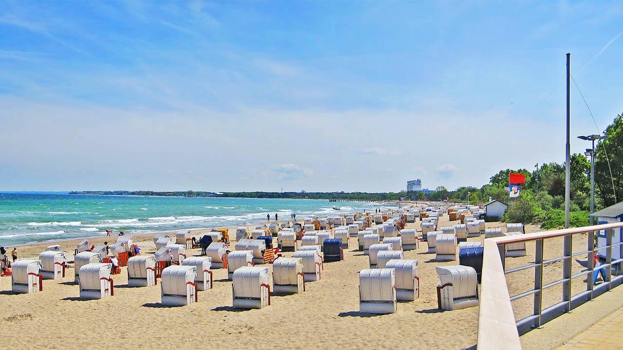 Den Sommer kühl verbringen an der Ostsee / viele Strandkörbe am Timmendorfer Strand