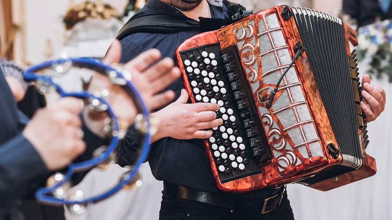 Akkordeon spielen - So legen Sie los / ein Akkordeon wird gespielt