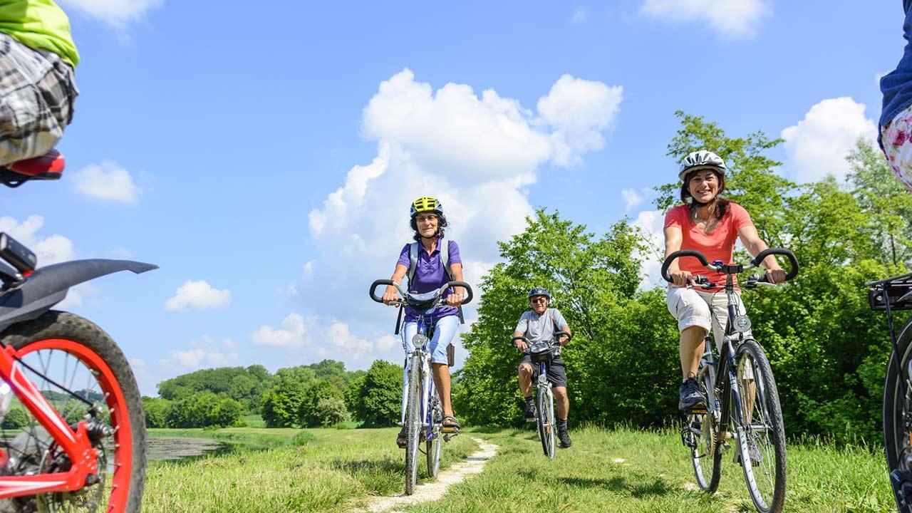 Fahrradtour im Spätsommer von Passau nach Wien / Familie beim Fahrradausflug
