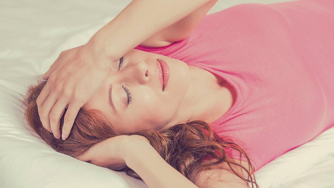 Leichter schlafen mit Homöopathie / Frau schläft schlecht
