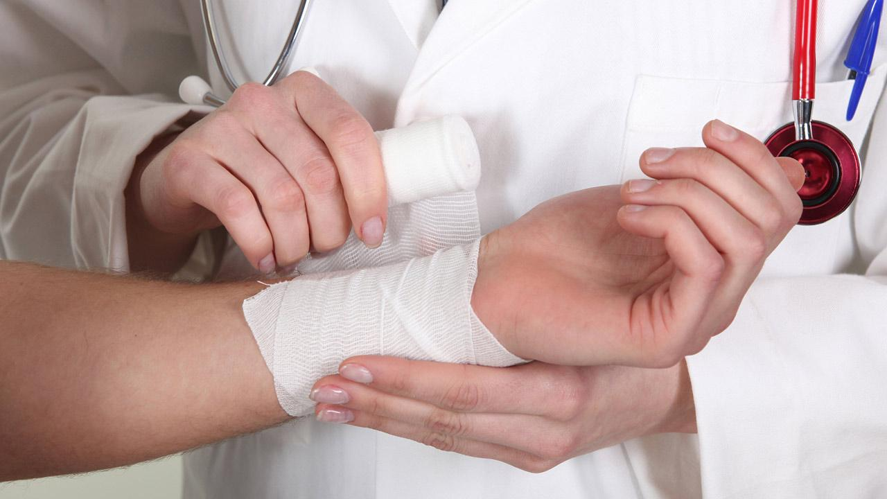 Hausmittel gegen Brandverletzungen / eine Brandverletzung wird verbunden