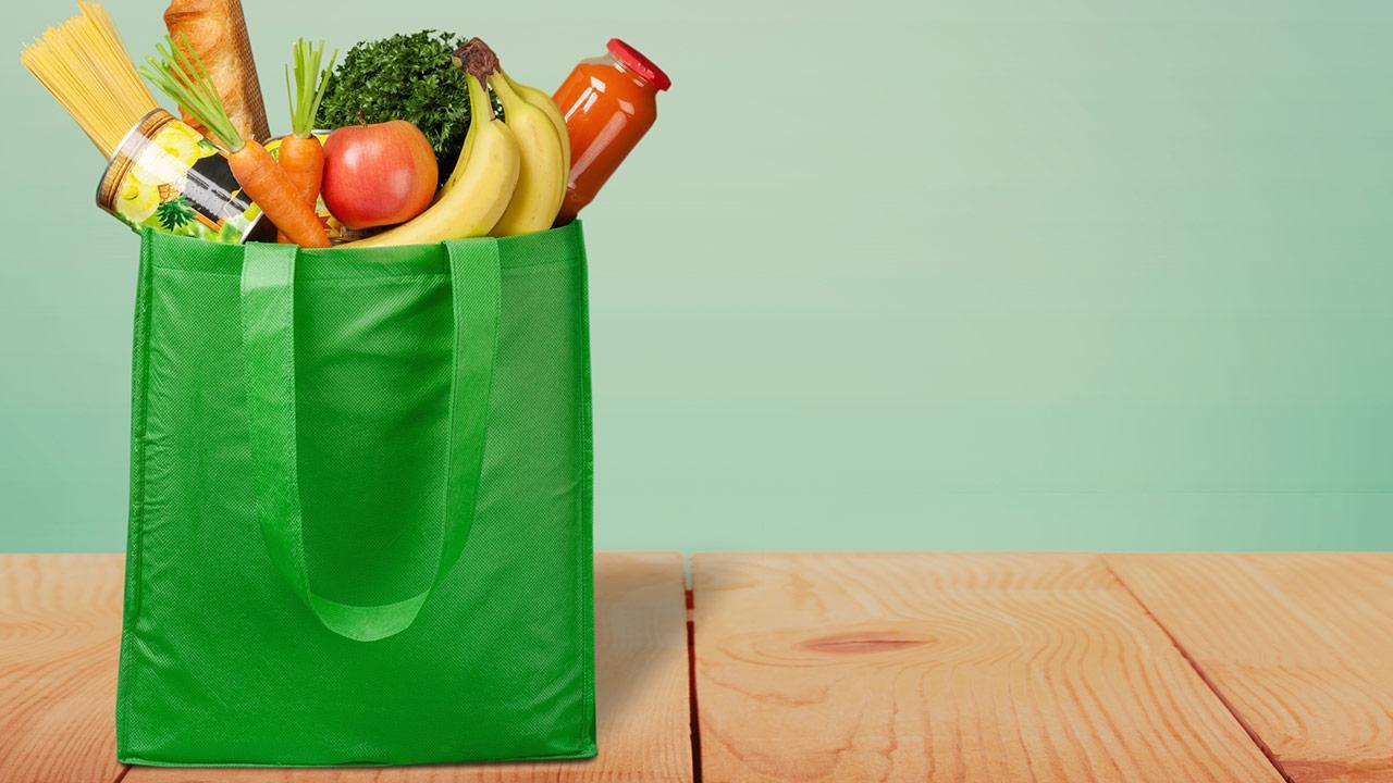 Beim einkaufen Verpackung vermeiden - eigene Behälter nutzen / eine Wiederverwendbare Tragetasche
