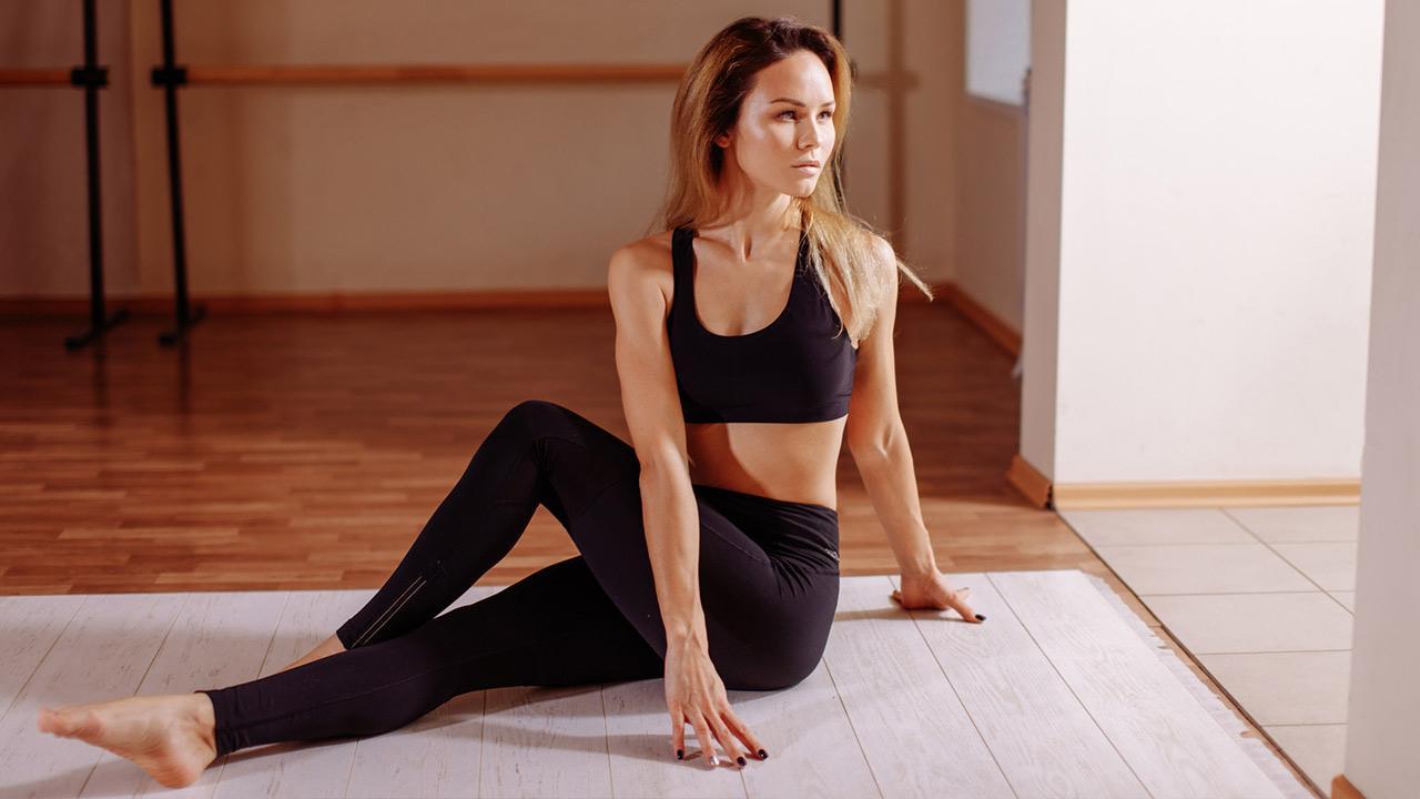 Tipps gegen Rückenschmerzen / Frau macht Rückengymnastik