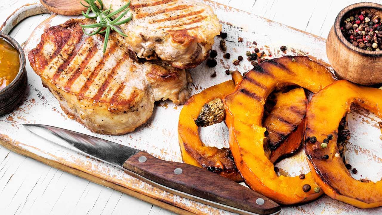 Leckere Herbst-Gerichte mit Kürbis / Fleisch mit gegrillten Kürbis