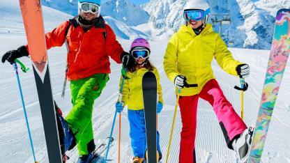 Welcher Ski passt zu mir ? / eine Familie beim Skifahren