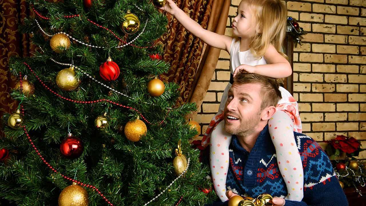 Weihnachtsbäume im Test: Natur oder künstlich ? / Familie schmückt den Tannenbaum
