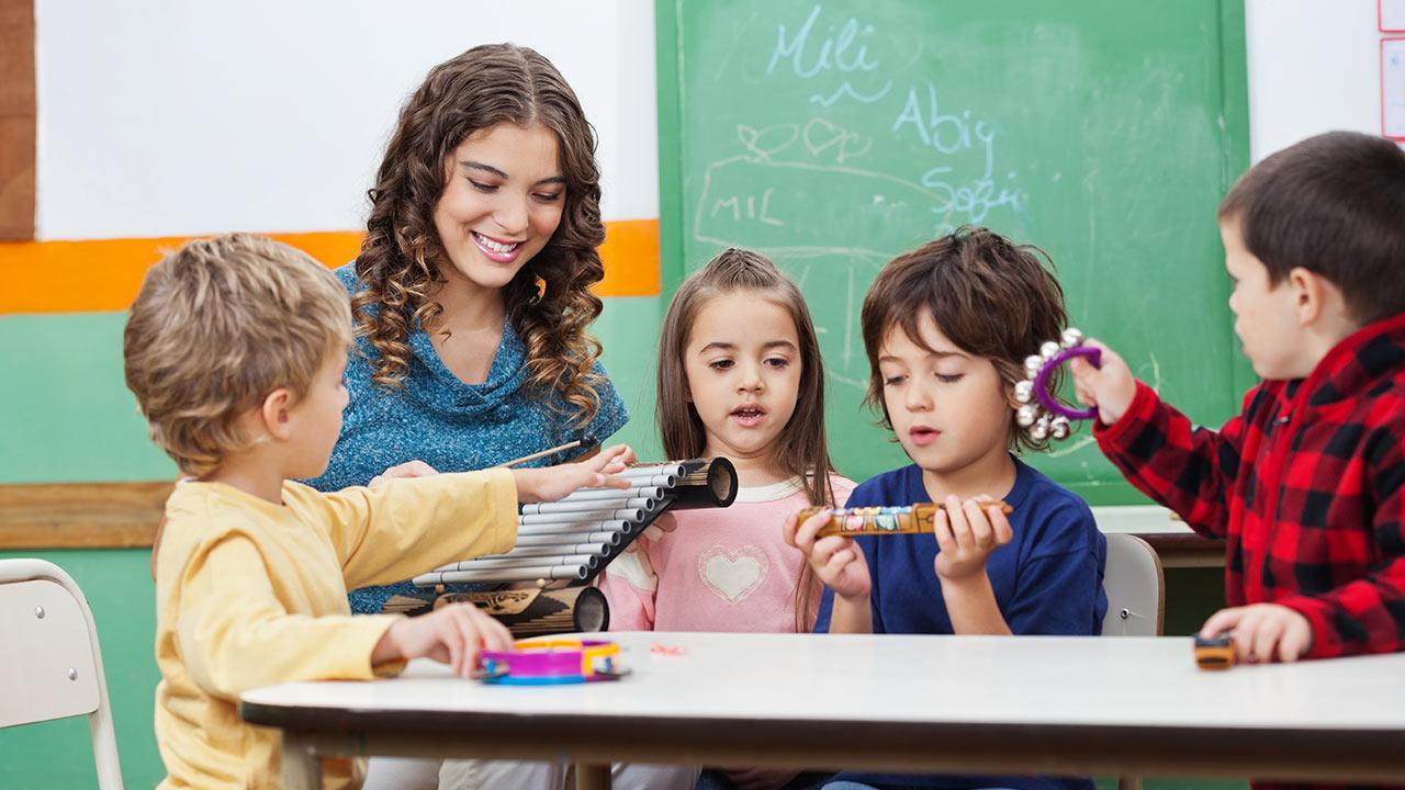 Die schönsten Weihnachtslieder / Kinder lernen Instrumente im Kindergarten kennen