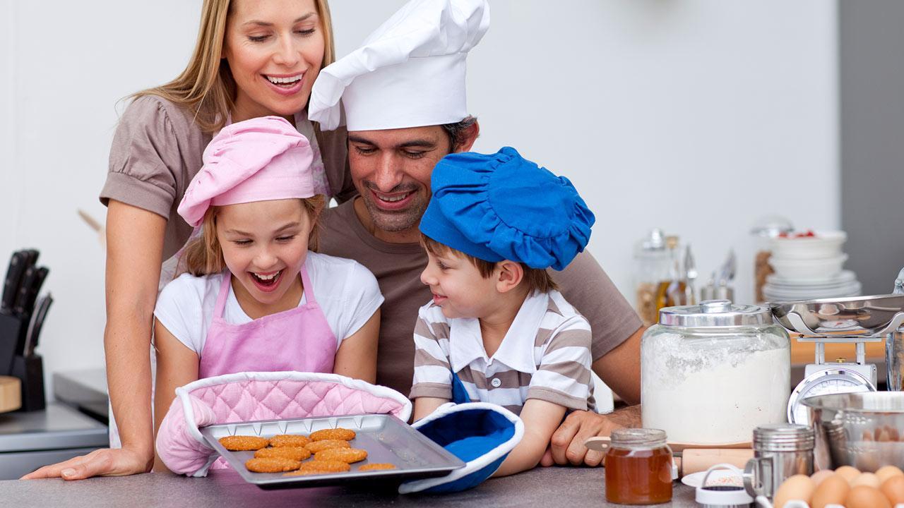 Weihnachtsplätzchen backen mit Kindern / eine familie beim Kekse backen