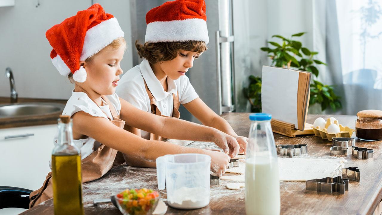 Weihnachtsplätzchen backen mit Kindern / zwei kleine Kinder backen Kekse