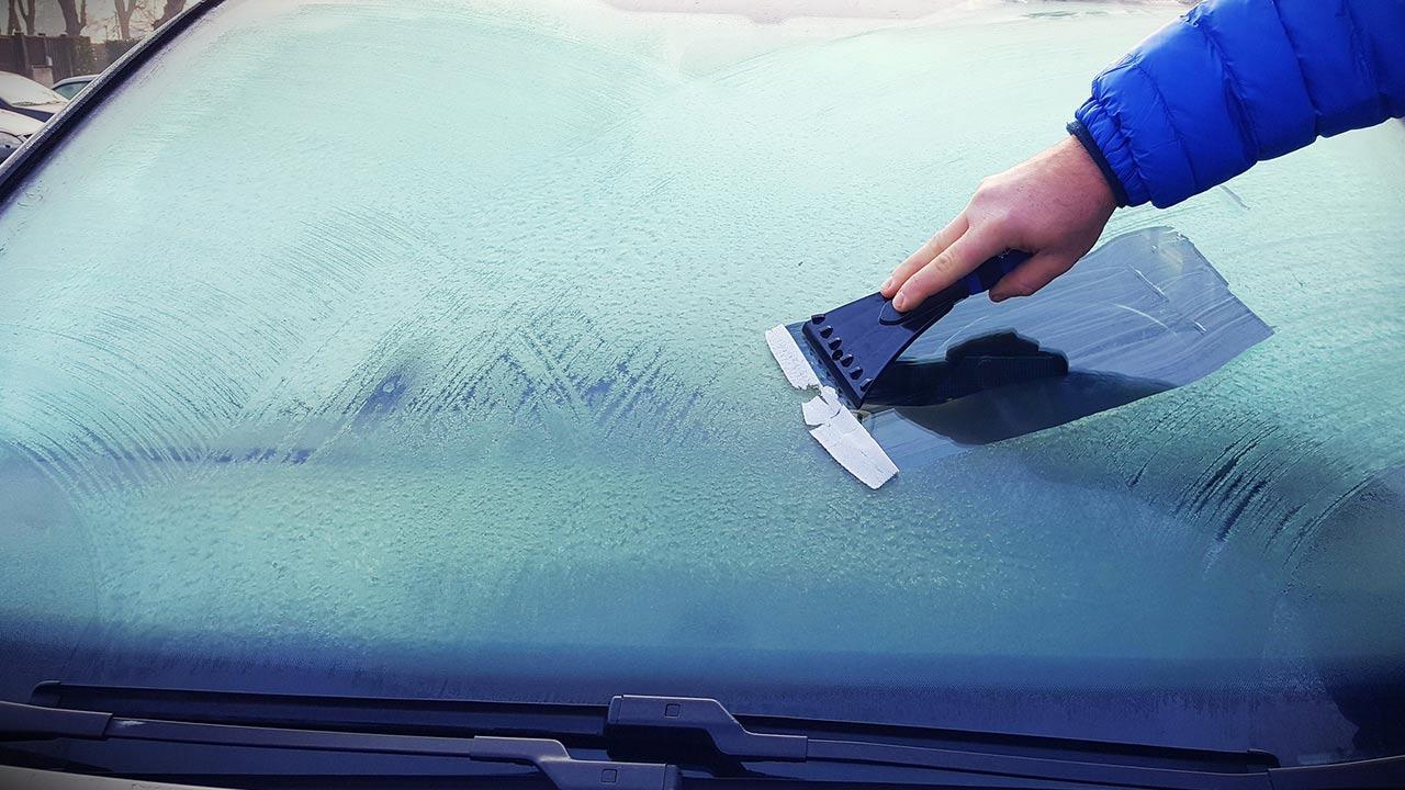Die besten Tipps für enteiste Scheiben / Autoscheibe wird gekratzt