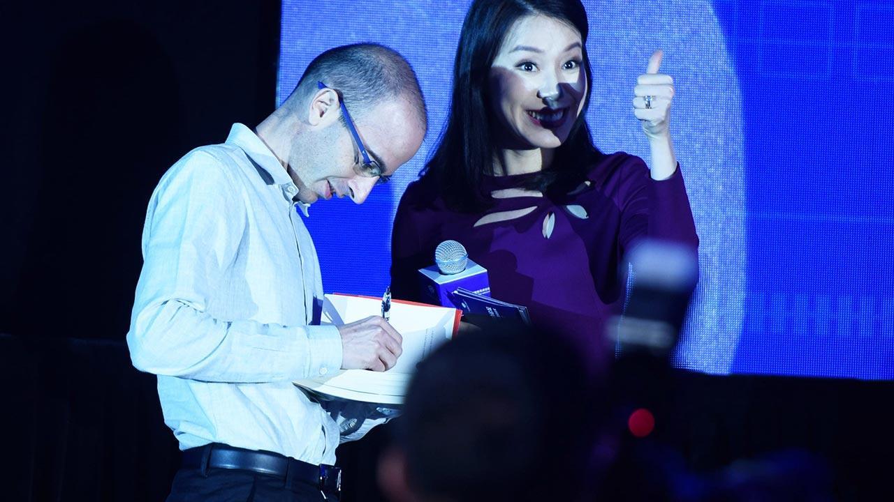 Buchtipp im Dezember: Eine kurze Geschichte der Menschheit / Yuval Noah Harari gibt ein Autogramm