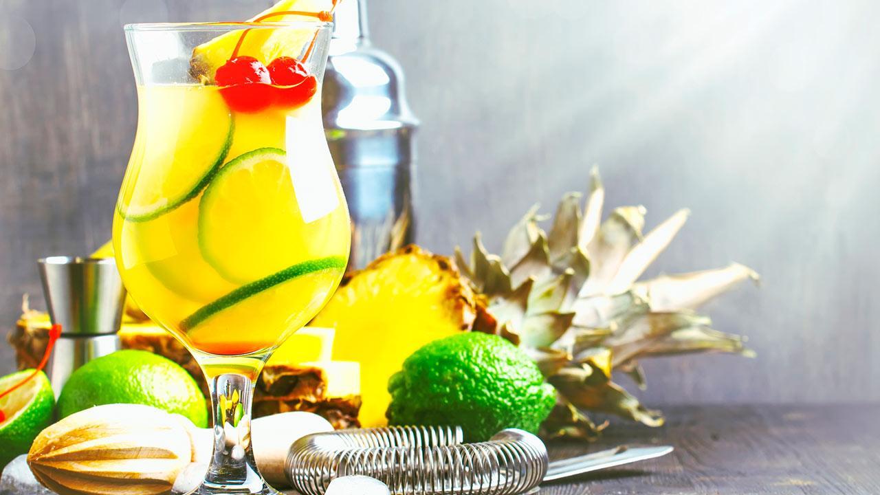 Fruchtige Bowlenrezepte für ihre Silvesterparty / eine Summerbowle mit Ananas