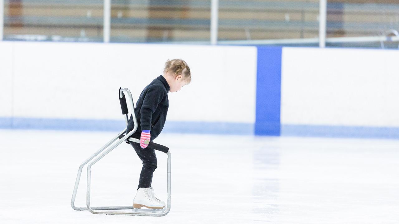 Schlittschuhe für Kinder - Das sollten sie beachten / ein kleines Mädchen übt Eislaufen