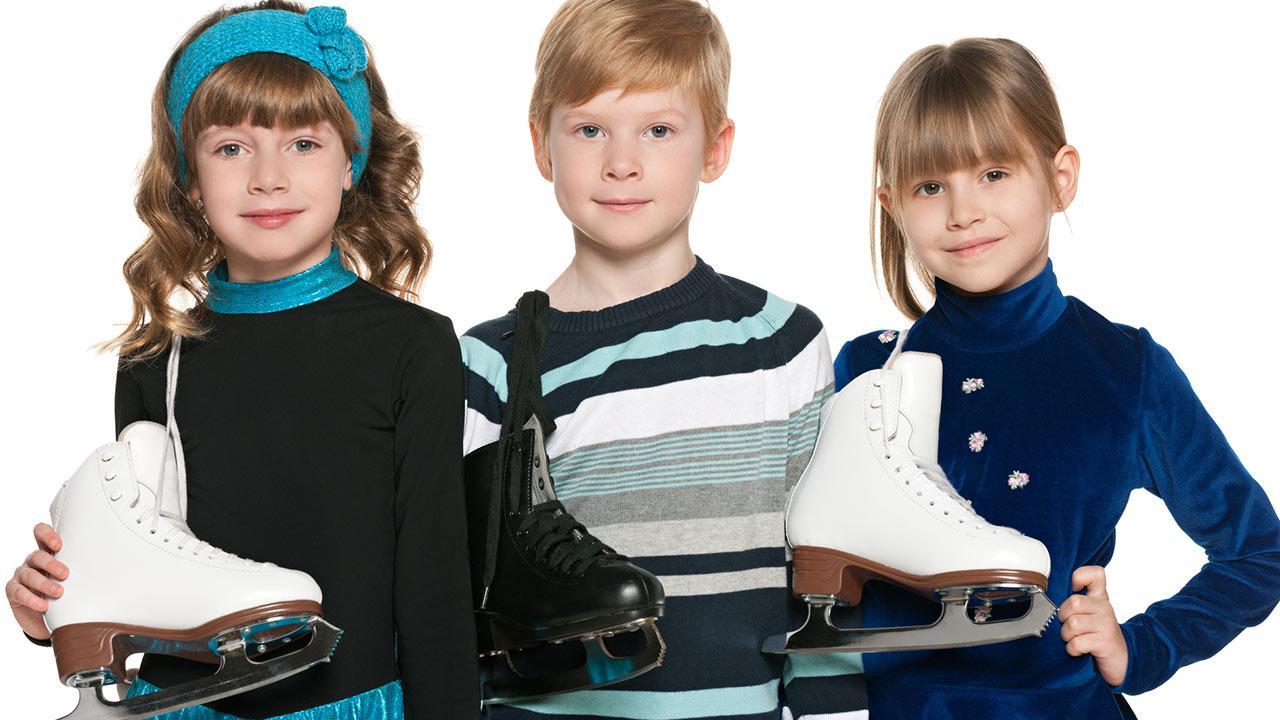 Schlittschuhe für Kinder - Das sollten sie beachten / drei Kinder mit ihren Schlittschuhen