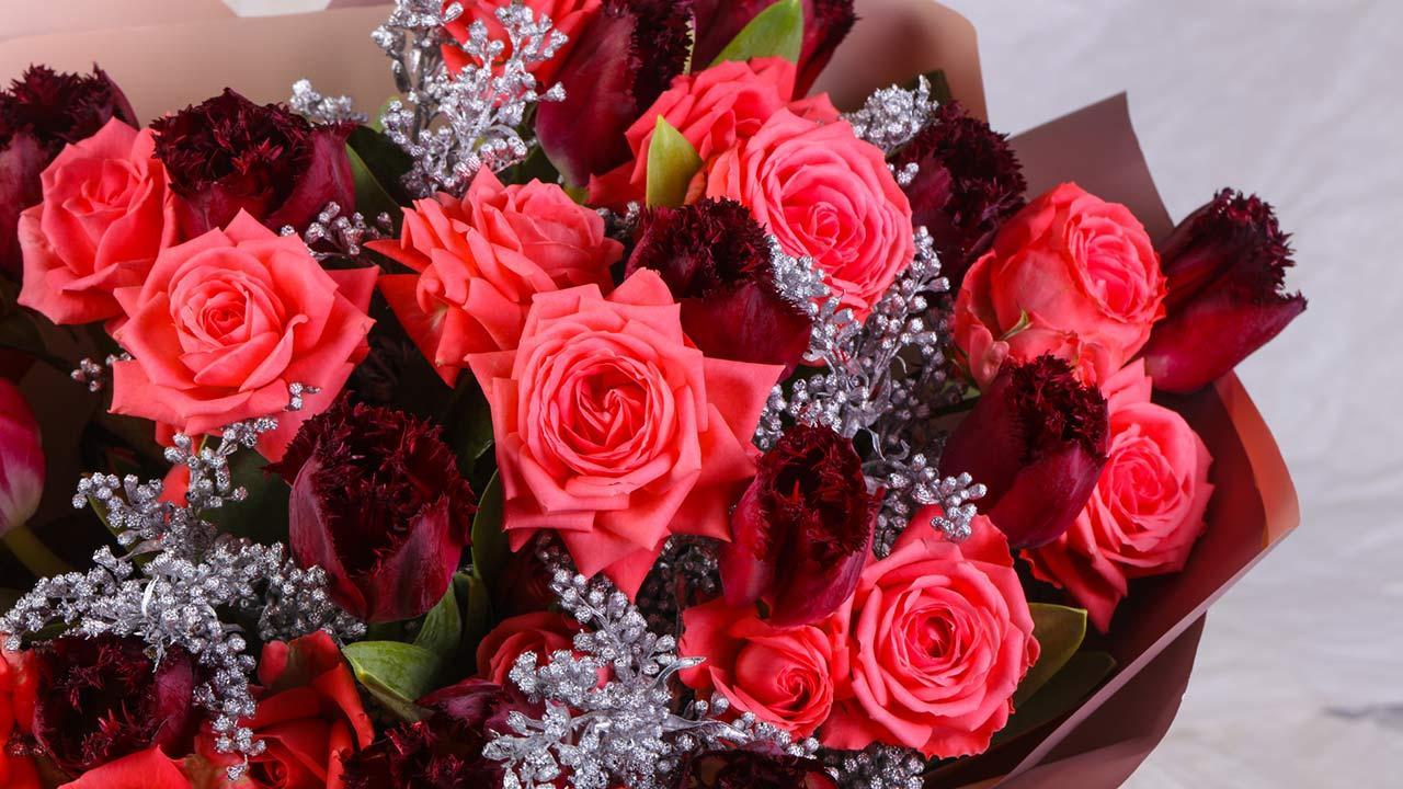Wie ihre Valentinstagsrosen länger frisch bleiben / gemischter Blumenstrauß