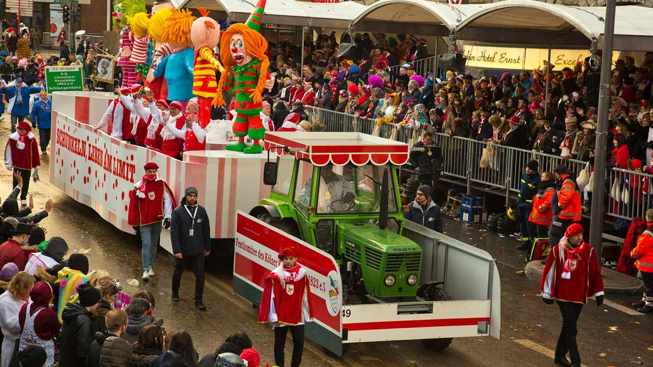 Kölner Straßenkarneval - ein bunter Umzugswagen in Köln