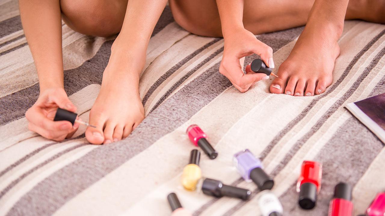 Tipps für die Fußpflege Zuhause - Mädchen lackieren ihre Nägel