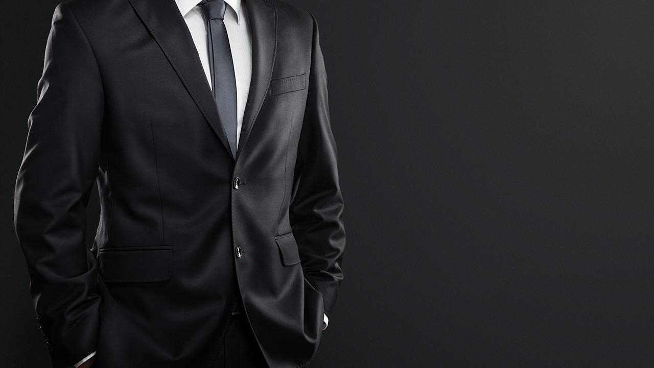 Anzug maßschneidern lassen oder von der Stange - ein schwarzer Anzug
