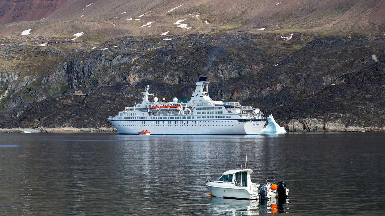 Kreuzfahrten in den Norden - Grönlandtour - ein Kreuzfahrtschiff in Grönland