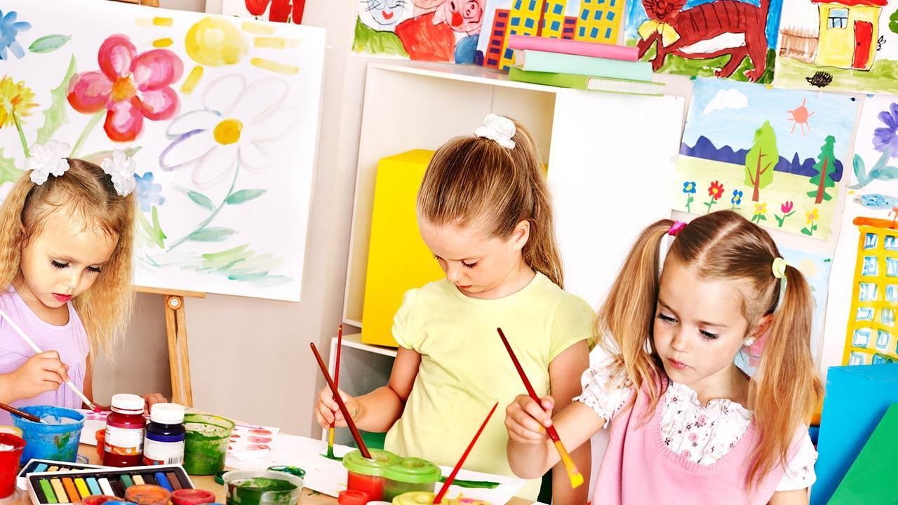Blumentopf Basteln mit Kindern - Kinder bemalen Blumentöpfe