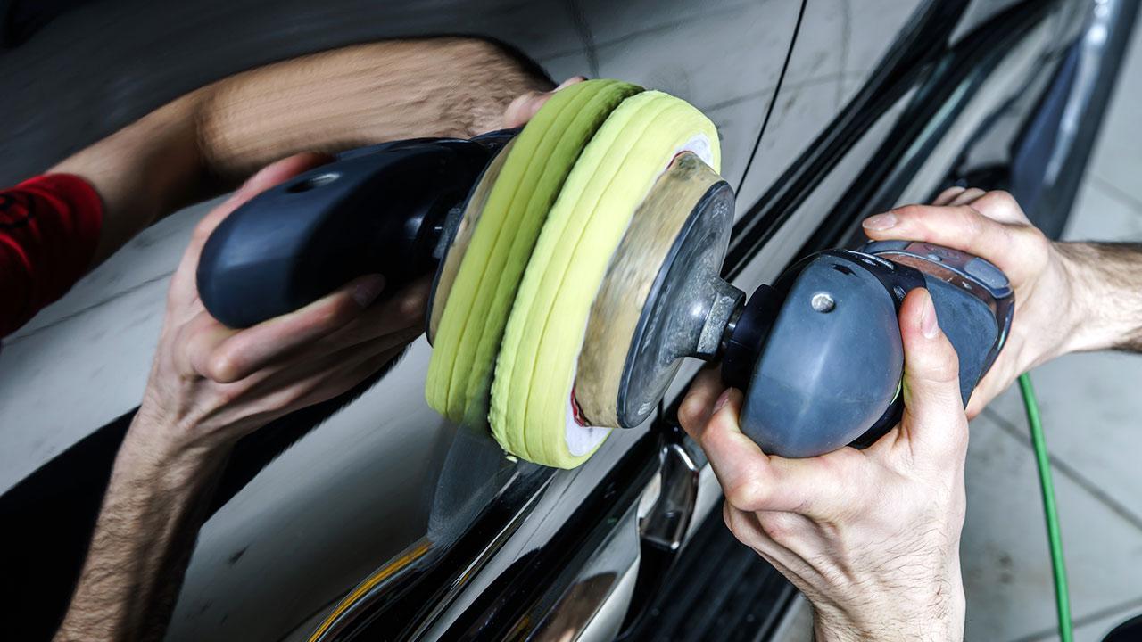 Tipps zur perfekten Autopolitur - Mann poliert sein Auto mit einer Maschine