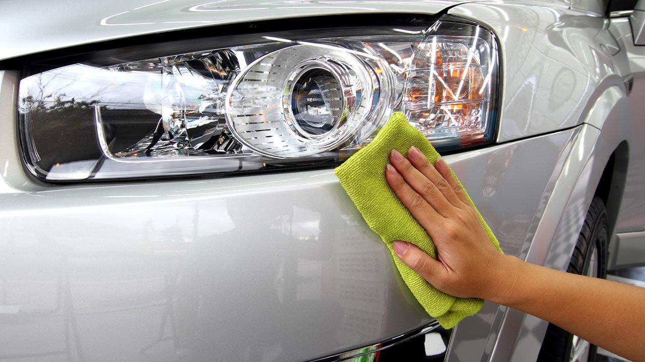 Tipps zur perfekten Autopolitur - das Auto wird davor geputzt