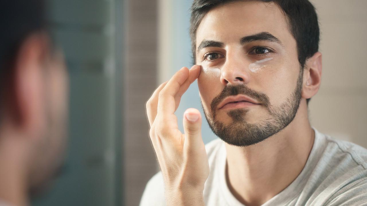 Welche Pflegecreme braucht der moderne Mann - Mann trägt Augencreme auf